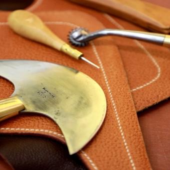 #vergezblanchard  #madeinfrance  #artisanal  #handwork  #outilcuir  #leathertools #awl #halfmoonknife #overstitchsewingroulettes
